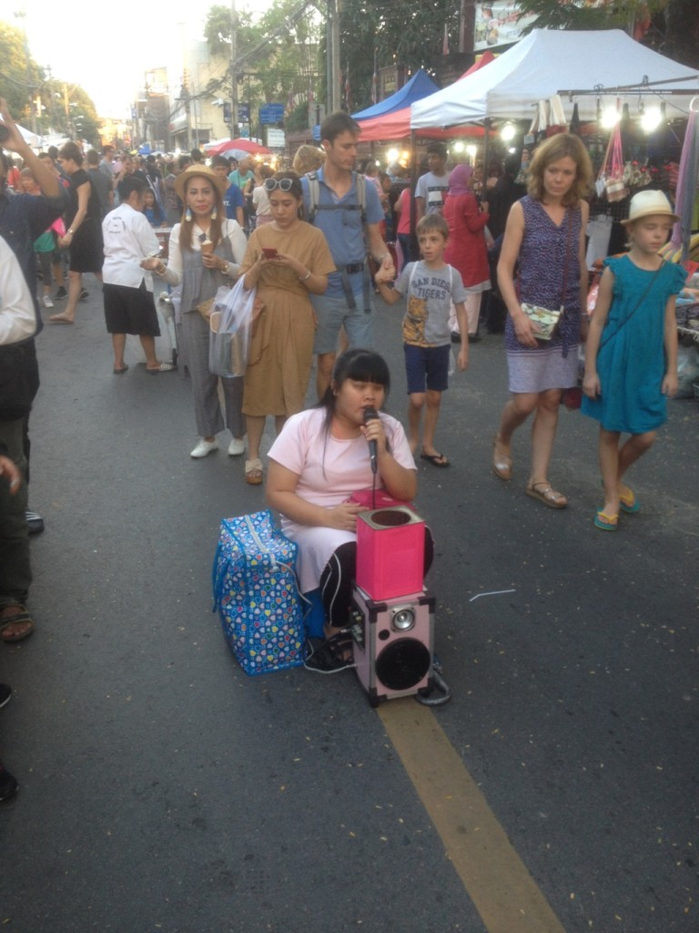 Slepa dievcina si zaraba spevom na trhu v Chiang mai